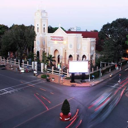 Rất dễ dàng nhận ra nhà thờ Chánh Tòa Mỹ Tho nằm trên đại lộ Hùng Vương.  Ảnh: @hoangfnambuif