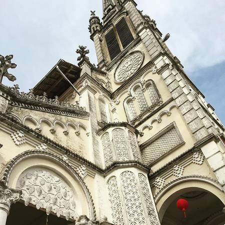 Những họa tiết trạm nổi như dàn nho trên vòm, hoa văn trên cửa sổ, mái che cửa phụ… được kết hợp hài hòa, cầu kỳ thể hiện sự cổ kính và tinh tế của nhà thờ. Ảnh: @hasazzy
