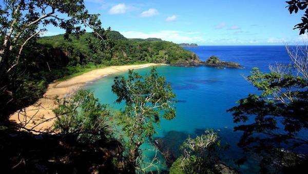 1. Bãi biển Baio as Sancho ở Fernando de Noronha, Brazil với cảnh quan tuyệt đẹp và làn nước trong vắt. Du khách đến đây cũng có cơ hội ngắm những chú cá heo nhào lộn trên biển - Ảnh: TripAdvisor