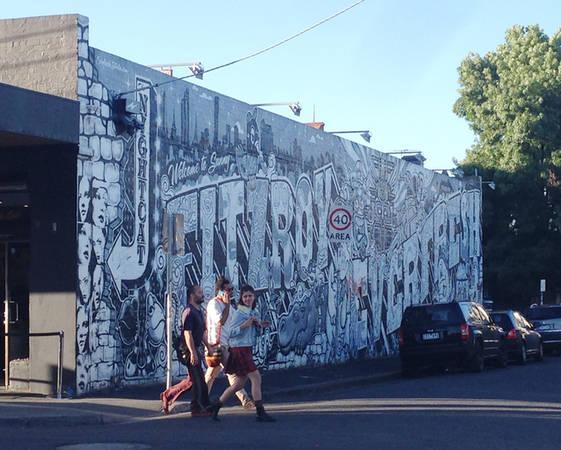 Mảng tường viết chữ cách điệu chỉ sử dụng hai tông màu đen-trắng với nhiều sắc độ.