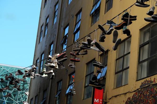 Ngoài các tác phẩm tranh tường, hẻm Hosier còn gây tò mò bởi có rất nhiều đôi giày được treo lơ lửng trên cao. Không ai đưa ra lý giải chính thức về việc tồn tại của các vật thể lạ này, nhưng nhiều du khách tinh nghịch thỉnh thoảng tung thêm đôi giày của mình lên đây.