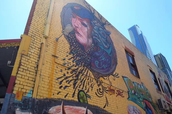 Theo mách bảo của người dân địa phương, để chiêm ngưỡng được những tác phẩm vẽ trên tường đẹp nhất, bạn hãy đến các vùng ven trung tâm như Fitzroy.