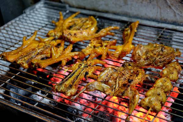 Chân gà, chim cút, khấu linh, phao câu, lòng mề thường được nướng trên lửa than sau khi đã tẩm ướp. Cách nướng này giúp các món ăn vừa thơm ngon vừa bắt mắt.