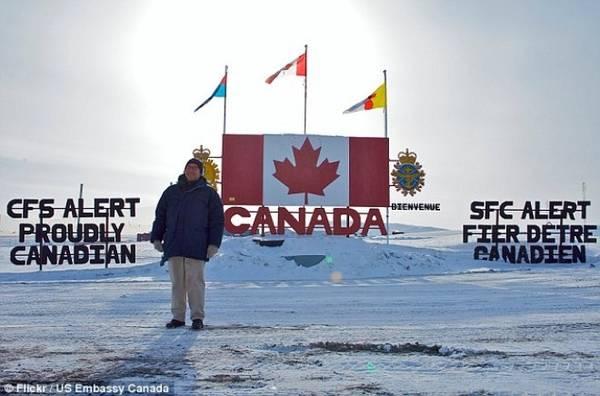 Đại sứ Mỹ tại Canada, David Jacobson, đến thăm thị trấn Alert.