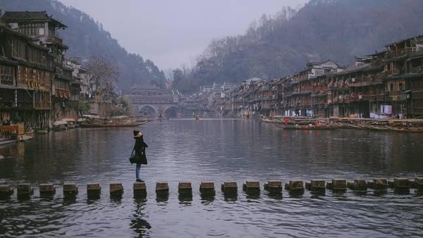 Phượng Hoàng là tên một thị trấn cổ của Trung Quốc, nằm tại huyện Phượng Hoàng, phía tây tỉnh Hồ Nam. Với vẻ đẹp hữu tình, đây trở thành nơi mà ai trong đời cũng ao ước được tới tham quan dù chỉ một lần.