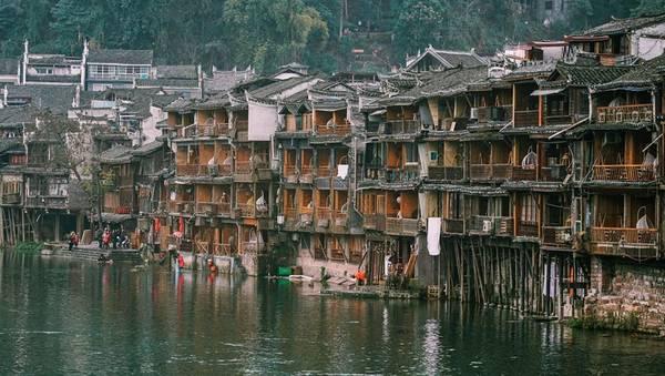 Phượng Hoàng nằm hai bên bờ Đà Giang, được xây dựng từ thời Minh - Thanh.