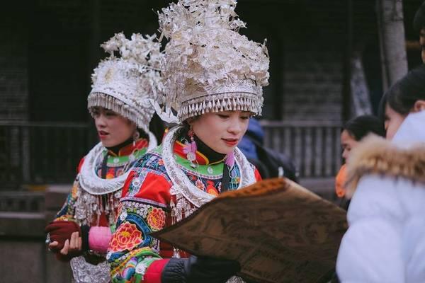 Đến Phượng Hoàng cổ trấn, bạn sẽ được chiêm ngưỡng những trang phục dân tộc lung linh sắc màu. Cổ trấn là nơi cư trú của nhiều dân tộc như người Miêu, Hán, Thổ Gia, Hồi...