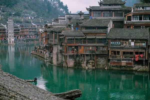 Đến đây, du khách có thể lên thuyền xuôi dòng Đà Giang để khám phá cảnh đẹp cổ trấn cũng như tìm hiểu về cuộc sống của người dân hai bên bờ.