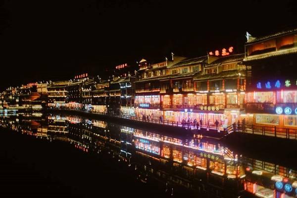 Ánh đèn từ dãy nhà gỗ cổ hai bên bờ sông soi xuống mặt nước, tạo nên cảnh sắc huyền ảo, cổ kính làm cho ta liên tưởng đến phố cổ Hội An của Việt Nam.