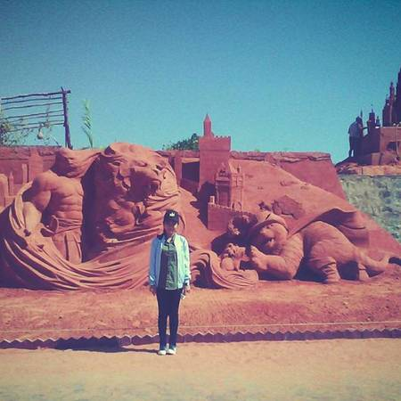 Chụp ảnh cùng tượng cát trong truyện Chú mèo Đi Hia. Ảnh: ptt_nguyet_xxtt