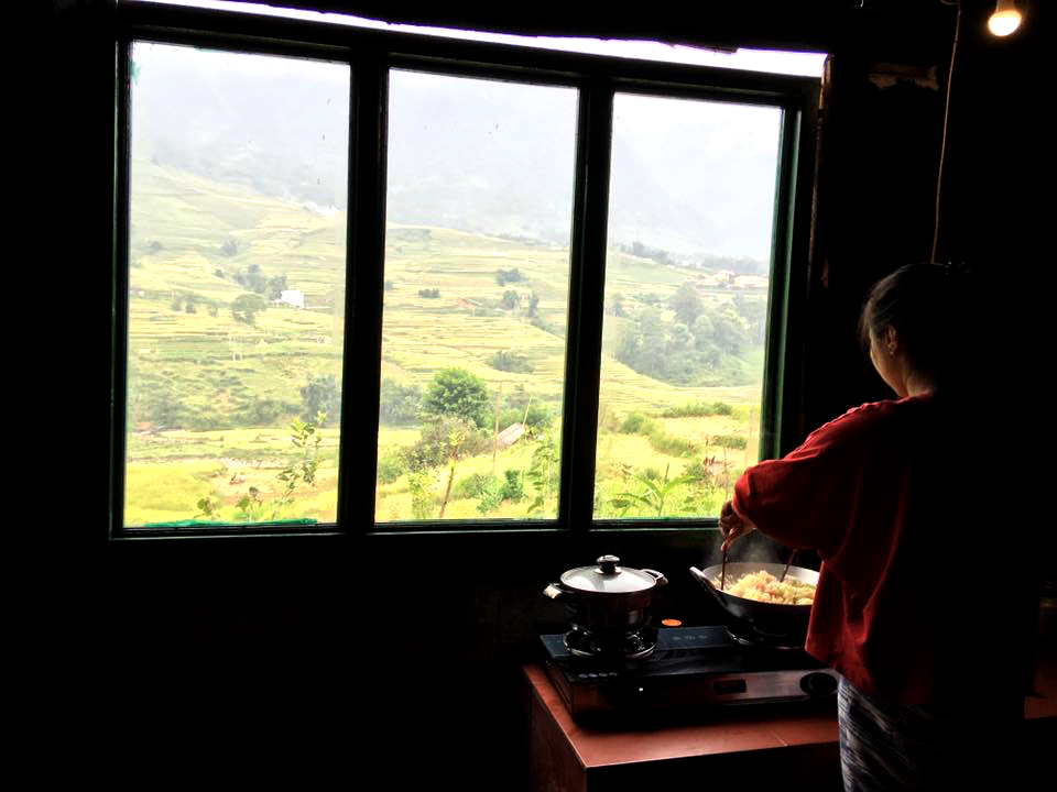 Vừa nấu ăn vừa ngắm nhìn khung cảnh xung quanh.Ảnh: FBSali House