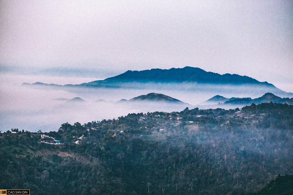 Mây vờn núi đẹp huyền ảo trong sương sớm.