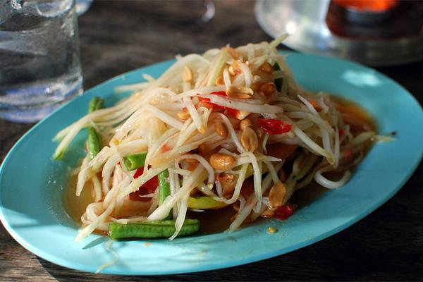 """Đến Thái Lan, có thể bạn đã ăn đủ thứ, nào là tom yum, xôi xoài, xiên nướng, nộm miến, lab... nhưng rất có thể bạn đã bỏ quên mất món ăn rất phổ biến là som tam, vì nhiều người sẽ chỉ chép miệng, """"ôi nộm đu đủ thôi mà""""."""