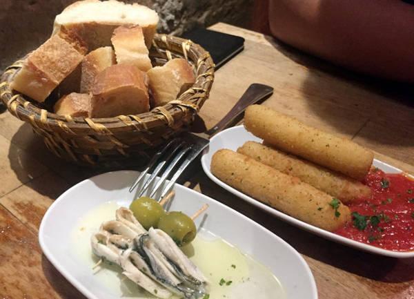 Bánh mì Pháp là miễn phí - Ảnh: GIANG NGUYÊN