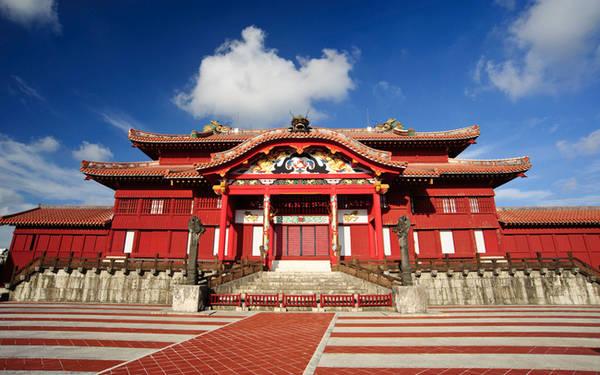 Có rất nhiều điều để khám phá ở đây: thưởng thức màn nhạc chuông truyền thống, biểu diễn nghệ thuật trong các lễ hội hay uống thử rượu gạo lên men - đặc sản ở vùng Okinawa.