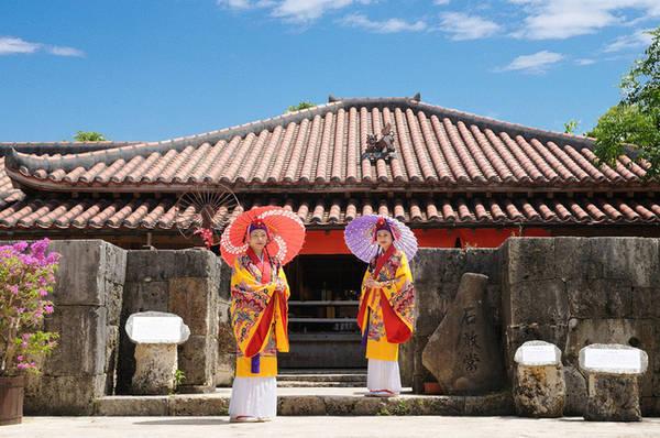 Gyokusendō Cave là hệ thống hang động lớn thứ hai tại Nhật Bản. Các thành tạo địa chất ở đây được hình thành trong quá trình của 300.000 năm.
