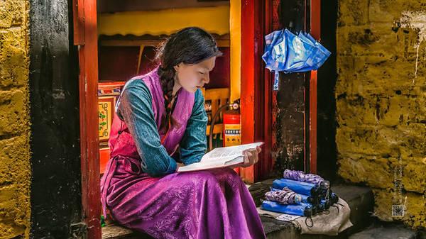 ây Tạng là khu tự trị rộng lớn, diện tích hơn 1,2 triệu km2, nằm ở phía Tây Nam (Trung Quốc), nơi đây là cái nôi của nền văn hoá mang đậm bản sắc, luôn luôn là miền đất ẩn chứa nhiều điều huyền bí đầy quyến rũ.