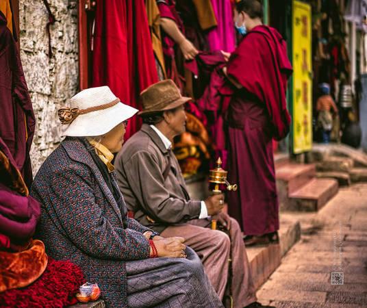 Bạn có thể bắt gặp rất nhiều những nhà sư, người tu hành, các tu sĩ tìm đến miền đất Phật yên bình này.