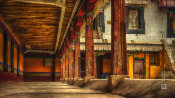 Đây là địa điểm thu hút nhiều người hành hương nhất. Có rất nhiều người thực hiện nghi lễ lạy Phật dọc đường ở Tây Tạng. Họ vừa đi vừa tụng kinh, tay chắp cao trên đầu, vái lạy sau đó cúi sát đầu xuống đất đầy thành kính. Có người còn trải những tấm vải sặc sỡ xuống đất rồi quỳ hoặc nằm để vái lạy.