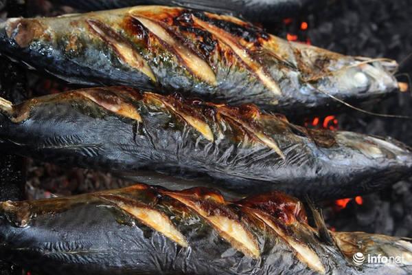 Cá được nướng bằng than củi, nước đến khi mỡ cá chảy ra, thân cá cháy sém, mùi thơm ngào ngạt là cá đã đạt độ chín.