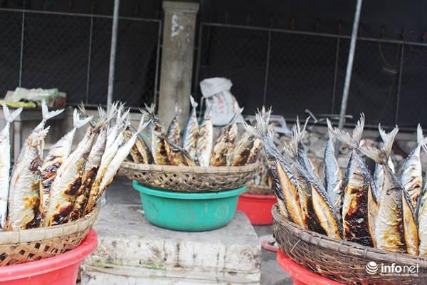 Nướng đến khi thấy mỡ cá chảy ra, thân cá cháy sém, mùi thơm ngào ngạt là được.