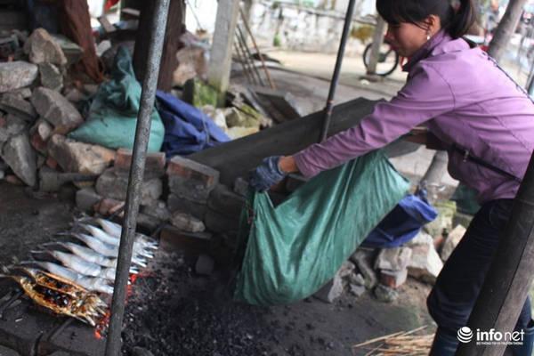 Bếp than nướng cá rất đơn giản, dùng 3-5 thanh sắt nhỏ đặt lên hai viên gạch, cho than vào, nhóm lửa là có thể nướng cá cả ngày.