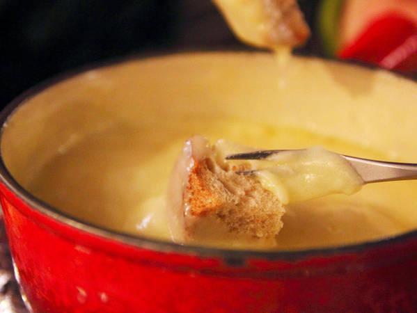 Các khu nghỉ dưỡng trên núi thường phục vụ món fondue cổ điển của Thụy Sĩ.