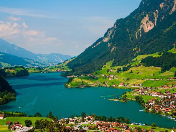 Interlaken - một thị trấn nghỉ dưỡng ở Thụy Sĩ có được cảnh sắc tuyệt đẹp là nhờ nằm trong thung lũng.