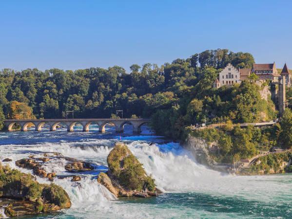 Dù diện tích khá nhỏ, Thụy Sĩ lại sở hữu thác nước lớn nhất Châu Âu. Rất nhiều người thích mạo hiểm tìm đến thác Rhine, thuộc sông Rhine nằm ở phía bắc để trải nghiệm môn chèo thuyền.