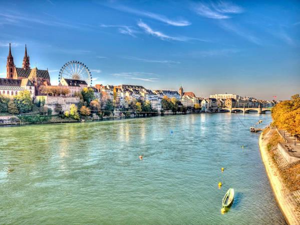 Thành phố Basel nằm bên bờ sông Rhine nổi tiếng với thánh đường Gothic xây bằng đá sa thạch đỏ từ thế kỷ 12.