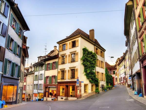 Ở thành phố này, bạn sẽ bắt gặp những con phố nhỏ và những tòa nhà mang màu sắc tươi sáng.