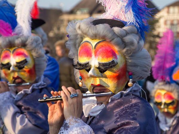 Basel cũng là thành phố tổ chức Fasnacht, lễ hội lớn nhất ở Thụy Sĩ, được tổ chức vào khoảng tháng 2 và tháng 3 hàng năm. Người tham gia phải đeo mặt nạ rồi hòa vào những con phố tràn ngập âm nhạc và hoa giấy.
