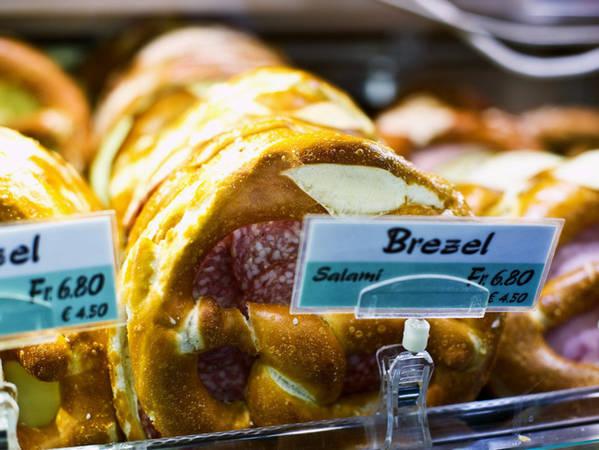 Nếu bạn thèm nếm thử một món ăn đường phố, hãy thử món bánh Brezel. Pretzel có phần vỏ giòn rắc muối và phần nhân mềm, thường được làm thành bánh sandwich kẹp xúc xích salami, phô mai hoặc bơ.
