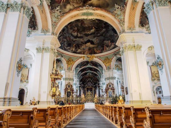 Một địa danh lịch sử ấn tượng khác không thể bỏ qua là Tu viện St. Gall ở thánh đường St. Gallen xây từ thế kỷ thứ 8 và đã hoạt động trong suốt 12 thế kỷ qua.