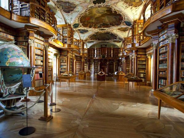 Tu viện tự hào là một trong những thư viện cổ nhất trên thế giới. Thư viện được xây từ gỗ gụ này còn lưu lại rất nhiều văn bản viết tay cổ nhất và quan trọng nhất còn sót lại trên thế giới.