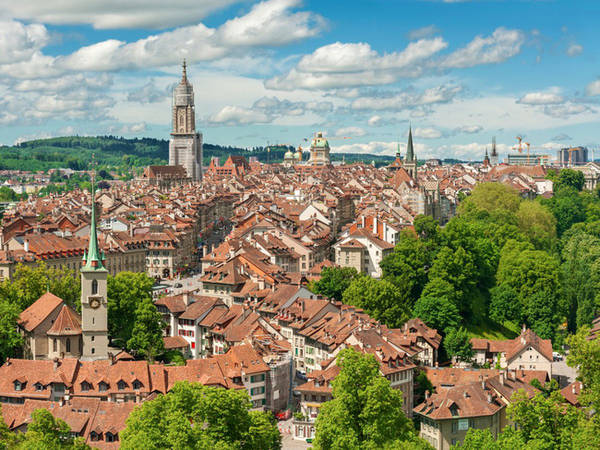 Thủ đô Bern bao quanh sông Aare là nơi đặt trụ sở của quốc hội và các cơ quan ngoại giao, nổi tiếng nhờ các công trình kiến trúc từ thời trung cổ.