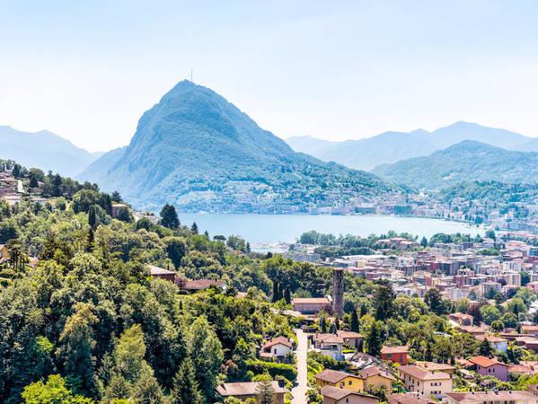 Đường sắt Monte Generoso sẽ đưa du khách qua con đường nằm cheo leo trên sườn núi để chiêm ngưỡng cảnh quan vô cùng ngoạn mục của Thành phố Lugano và hồ nước bên cạnh.