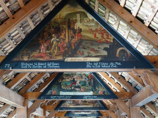 Trong cầu Chapel treo rất nhiều tác phẩm hội họa từ thế kỷ 17.