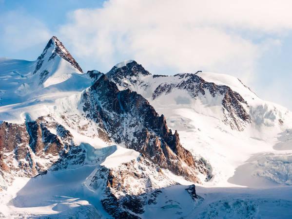 Dãy Alps chạy qua phần lớn lãnh thổ Thụy Sĩ với ngọn núi cao nhất là Dufourspitze nằm trong khối núi Monte Rosa, một nhóm các ngọn núi nằm trên biên giới Thụy Sĩ với Ý.