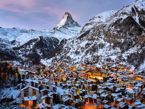Dufourspitze thuộc khu nghỉ dưỡng Zermatt, một điểm trượt tuyết cổ kính nhưng vô cùng sang trọng. Nơi này còn là điểm leo núi tuyệt vời cho dân leo núi trong những tháng khí hậu ấm áp.