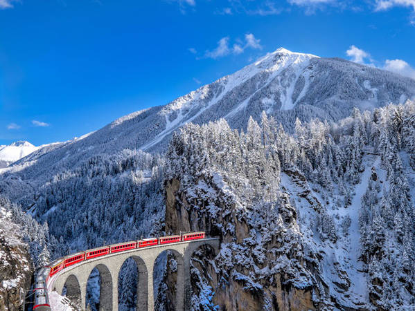 Từ Zermatt, du khách có thể bắt một chuyến tàu thăm quan Glacier Epress để đến khu nghỉ dưỡng và trượt tuyết nổi tiếng khác, St. Moritz.