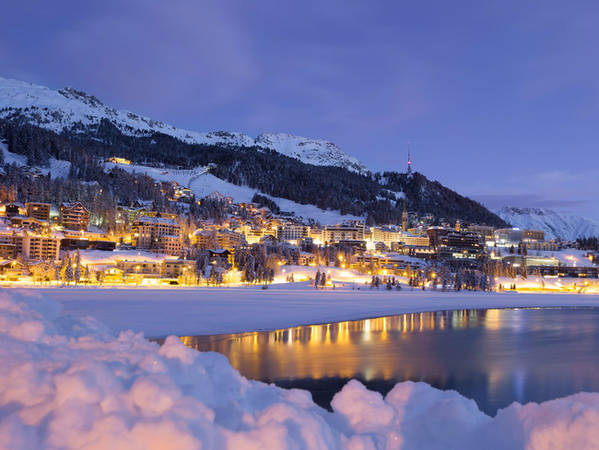 Ngoài những sườn núi tuyết, St Moritz còn có sân trượt băng Olympic ngoài trời và một đường chạy bobsled cho giải vô địch quốc tế, được xây hoàn toàn từ băng tự nhiên.