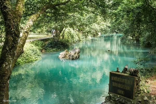 Khu di tích bao gồm nhà tưởng niệm Bác Hồ, suối Lênin, bàn đá nơi Bác Hồ làm việc… Nhưng điểm khiến du khách thích thú nhất là nước suối Lênin có màu xanh ngọc tự nhiên, rất lạ mắt.