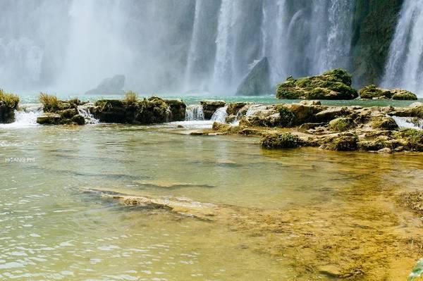Đối nghịch với thác nước dữ dội bên trên, phía dưới thác là mặt sông rộng, hiền hòa, phẳng như gương.