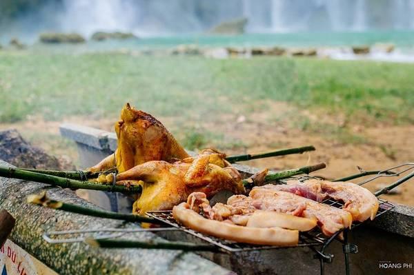 Sau khi nô đùa thỏa với thiên nhiên, chúng tôi nghỉ ngơi và có bữa tiệc nướng ngoài trời bên dòng thác thơ mộng.