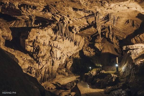 Sau thác Bản Giốc, động Ngườm Ngao cũng là một điểm đến hấp dẫn tại Cao Bằng. Đây là một động lớn, được hình thành từ sự phong hoá lâu đời của đá vôi. Động có chiều dài 2.144 m.