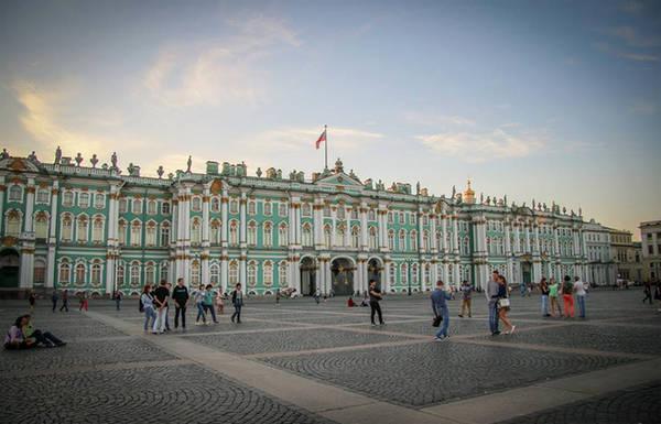 Và còn nữa, chắc chắn sẽ không thể bỏ qua Cung điện Mùa đông nằm ngay bên bờ sông Neva. Nơi đây giờ là Bảo tàng Nghệ thuật Quốc gia Hermitage, nơi lưu giữ nhiều hiện vật quý báu.
