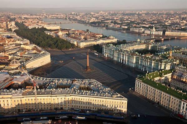 Toàn cảnh Cung điện Mùa đông và sông Neva nhìn từ trên cao.