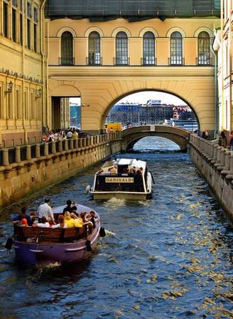 Saint Petersburg là thành phố của những con kênh chằng chịt, của vô số những cây cầu lớn nhỏ tạo nên một cuộc sống pha trộn nhiều màu sắc.