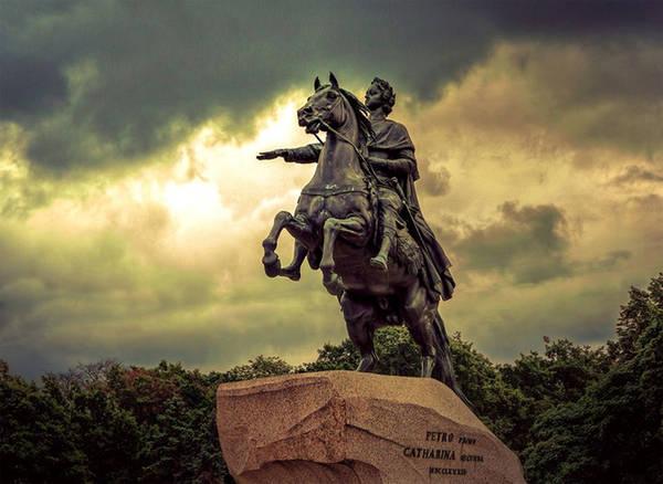 Saint Petersburg là cố đô của nước Nga, từng trải qua nhiều cuộc chiến tranh và có bề dày về lịch sử, văn hóa, kiến trúc... Nếu nói riêng về du lịch, Saint Petersburg còn được đánh giá cao hơn thủ đô Moscow bởi có rất nhiều điểm đến giá trị. Nơi đây từng được UNESCO bình chọn thành phố du lịch hấp dẫn thứ 8 của thế giới.